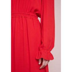 DESIGNERS REMIX LEA DRESS Sukienka letnia rot. Białe sukienki letnie marki DESIGNERS REMIX, z elastanu, polo. W wyprzedaży za 479,60 zł.