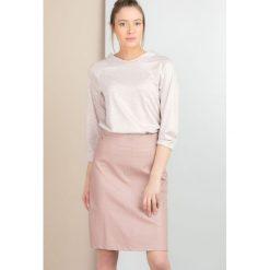 Elegancka bluza z subtelnym wzorem. Brązowe bluzy damskie marki Monnari, w paski, z materiału, średnie. Za 53,70 zł.