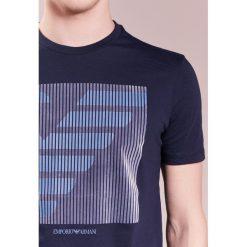 Emporio Armani LOGO Tshirt z nadrukiem blu navy. Niebieskie koszulki polo Emporio Armani, m, z nadrukiem, z bawełny. Za 359,00 zł.