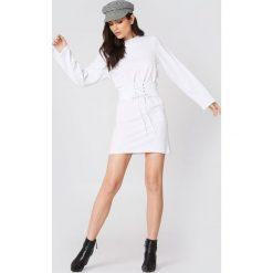NA-KD Sukienka z paskiem - White. Szare sukienki na komunię marki NA-KD, z bawełny, z podwyższonym stanem. Za 161,95 zł.