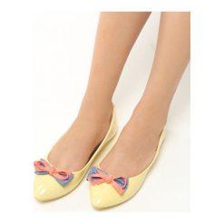 Żółte Balerinki Piccolo. Żółte baleriny damskie z kokardą Born2be, w kolorowe wzory, z materiału, na płaskiej podeszwie. Za 39,99 zł.