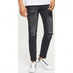 Jeansy COMFORT - Czarny. Czarne jeansy męskie regular Cropp. Za 129,99 zł.