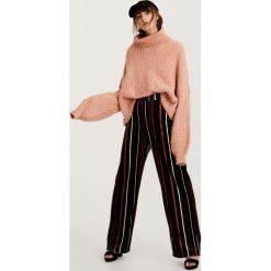 Luźny sweter z golfem. Szare golfy damskie marki Pull & Bear, okrągłe. Za 69,90 zł.