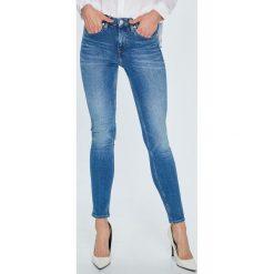 Calvin Klein Jeans - Jeansy. Niebieskie jeansy damskie rurki marki Calvin Klein Jeans, z bawełny, z obniżonym stanem. Za 499,90 zł.