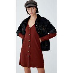 Sukienka z prążkowanego materiału z guzikami. Brązowe sukienki z falbanami Pull&Bear, prążkowane. Za 69,90 zł.
