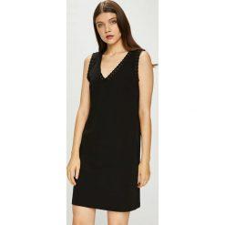 Only - Sukienka Xenia. Szare sukienki dzianinowe marki ONLY, s, z okrągłym kołnierzem. W wyprzedaży za 89,90 zł.