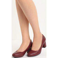 Bordowe Czółenka Compelle. Czerwone buty ślubne damskie Born2be, z okrągłym noskiem, na niskim obcasie, na słupku. Za 49,99 zł.