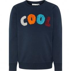 """Bluza """"Raste"""" w kolorze granatowym. Niebieskie bluzy niemowlęce Name it Kids, z aplikacjami, z bawełny. W wyprzedaży za 49,95 zł."""