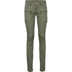 Spodnie bojówki Skinny bonprix oliwkowy. Zielone rurki damskie bonprix. Za 119,99 zł.