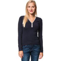 Sweter w kolorze granatowym. Niebieskie swetry klasyczne damskie marki William de Faye, z kaszmiru. W wyprzedaży za 129,95 zł.