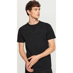 T-shirt z haftem na dekolcie - Czarny. Czarne t-shirty męskie marki Reserved, l, z haftami. W wyprzedaży za 29,99 zł.