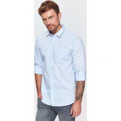 KOSZULA MĘSKA O REGULARNYM KROJU Z NADRUKIEM. Szare koszule męskie Top Secret, na jesień, m, z nadrukiem, z długim rękawem. Za 49,99 zł.