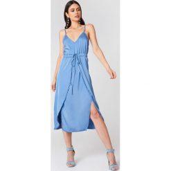 Linn Ahlborg x NA-KD Satynowa sukienka midi - Blue. Niebieskie sukienki na komunię Linn Ahlborg x NA-KD, z satyny, z kopertowym dekoltem, midi, kopertowe. W wyprzedaży za 40,19 zł.