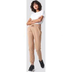 NA-KD Basic Spodnie dresowe basic - Brown,Beige. Różowe spodnie z wysokim stanem marki NA-KD Basic, z bawełny. Za 100,95 zł.