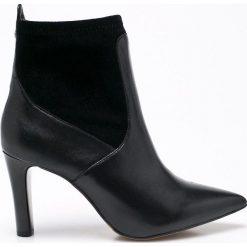 Caprice - Botki. Czarne buty zimowe damskie Caprice, z materiału, na obcasie. W wyprzedaży za 219,90 zł.