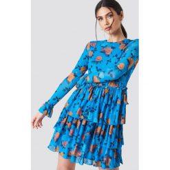 NA-KD Boho Siateczkowa sukienka z falbaną - Blue. Zielone długie sukienki marki Emilie Briting x NA-KD, l. W wyprzedaży za 142,07 zł.