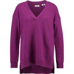 GANT VNECK Sweter magenta purple. Czerwone swetry klasyczne damskie GANT, m, z kaszmiru. W wyprzedaży za 461,45 zł.