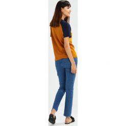 Glamorous Jeansy Slim Fit mid blue. Różowe jeansy damskie marki Glamorous, z nadrukiem, z asymetrycznym kołnierzem, asymetryczne. Za 189,00 zł.