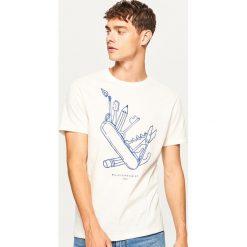 T-shirt Majsterkowicz - Kremowy. Białe t-shirty męskie Reserved, l. W wyprzedaży za 29,99 zł.