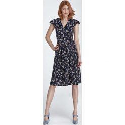 Granatowa Sukienka Rozkloszowana z Kwiatowym Wzorem. Czerwone sukienki balowe marki Molly.pl, l, z jeansu, z dekoltem na plecach, z długim rękawem. Za 159,90 zł.
