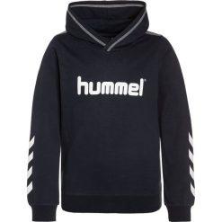 Hummel KESS Bluza z kapturem total eclipse. Niebieskie bluzy chłopięce rozpinane marki Hummel, z bawełny, z kapturem. W wyprzedaży za 125,10 zł.