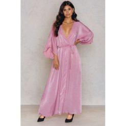 Płaszcze damskie pastelowe: NA-KD Trend Satynowa sukienka-płaszcz – Pink