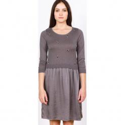 Sukienka jedwabna w kolorze szarobrązowym. Brązowe sukienki na komunię marki Ateliers de la Maille, na imprezę, z aplikacjami, z jedwabiu, z okrągłym kołnierzem, midi. W wyprzedaży za 454,95 zł.