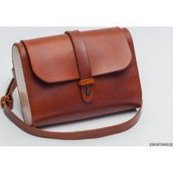 Torebka skórzana z drewnem R-4 mała koniak. Brązowe torebki klasyczne damskie marki Pakamera, z materiału, małe. Za 340,00 zł.
