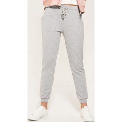 Dresowe joggery - Jasny szar. Szare spodnie dresowe damskie marki New Balance, xs, z dresówki. Za 59,99 zł.
