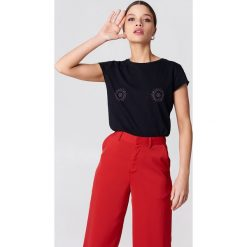 NA-KD T-shirt z błyszczącym zdobieniem z przodu - Black. Czarne t-shirty damskie marki NA-KD. W wyprzedaży za 18,29 zł.