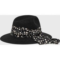 Femi Stories - Kapelusz Anda. Czarne kapelusze damskie Femi Stories. W wyprzedaży za 119,90 zł.