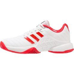 Adidas Performance BARRICADE 2018 Obuwie do tenisa Outdoor footwear white/scarlet. Brązowe buty sportowe damskie marki adidas Performance, z gumy. W wyprzedaży za 356,95 zł.