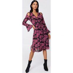 NA-KD Boho Sukienka kaftan z wiązanym rękawem - Pink. Różowe długie sukienki marki numoco, l, z dekoltem w łódkę, oversize. Za 100,95 zł.