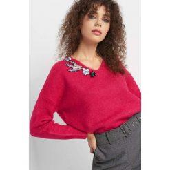 Sweter z ozdobną aplikacją. Czerwone swetry oversize damskie Orsay, xs, z dzianiny. Za 99,99 zł.