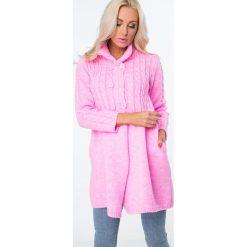 Swetry rozpinane damskie: Sweter zapinany na guziki fluo różowy MISC005