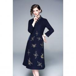 Sukienka w kolorze granatowym. Niebieskie sukienki na komunię marki Zeraco, z dekoltem na plecach, midi, rozkloszowane. W wyprzedaży za 389,95 zł.