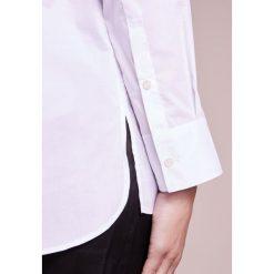 Filippa K Bluzka white. Białe bluzki damskie Filippa K, m, z bawełny. W wyprzedaży za 480,35 zł.
