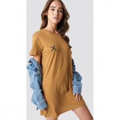 NA-KD Sukienka T-shirt Double X - Brown. Brązowe t-shirty damskie NA-KD. Za 80,95 zł.