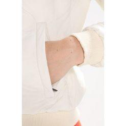 Kjus WOMEN CRESTA JACKET Kurtka narciarska creamy white. Białe kurtki damskie Kjus, z elastanu, narciarskie. W wyprzedaży za 1091,35 zł.