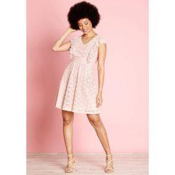 Sukienki hiszpanki: Gładka, półdługa, rozkloszowana sukienka