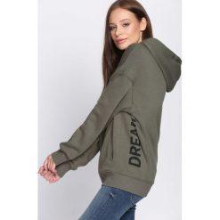 Ciemnozielona Bluza Awesome. Fioletowe bluzy z kieszeniami damskie marki NA-KD, z napisami, z długim rękawem, długie, z kapturem. Za 89,99 zł.