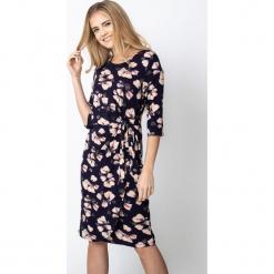 Granatowa sukienka w kwiaty z wiązaniem QUIOSQUE. Brązowe długie sukienki QUIOSQUE, na co dzień, s, w kwiaty, z dzianiny, z dekoltem w łódkę, z długim rękawem. Za 179,99 zł.