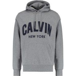 Calvin Klein Jeans HIKOS POPOVER REGULAR FIT Bluza z kapturem mid grey heather. Szare bluzy męskie rozpinane marki Calvin Klein Jeans, m, z bawełny, z kapturem. W wyprzedaży za 389,35 zł.