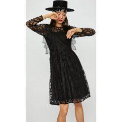Silvian Heach - Sukienka. Szare długie sukienki marki Silvian Heach, l, z koronki, eleganckie, z włoskim kołnierzykiem, z długim rękawem, rozkloszowane. W wyprzedaży za 549,90 zł.