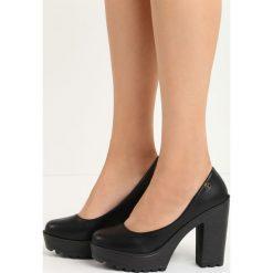 Czarne Czółenka Airiness. Czarne buty ślubne damskie Born2be, ze skóry, na wysokim obcasie, na platformie. Za 59,99 zł.
