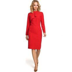 Czerwona Sukienka Dopasowana z Ozdobnym Żabotem. Czerwone sukienki balowe marki Molly.pl, l, z jeansu, z dekoltem na plecach, z długim rękawem. Za 128,90 zł.