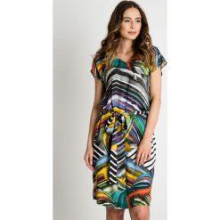 Sukienki balowe: Wzorzysta sukienka z dekoltem V i wiązaniem w talii BIALCON