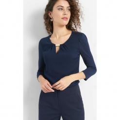 Koszulka z metalowym detalem. Niebieskie t-shirty damskie marki Orsay, s, z dzianiny, z dekoltem na plecach. Za 69,99 zł.