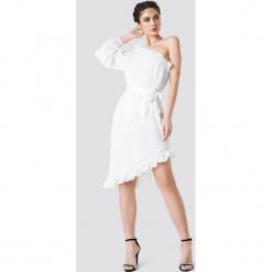 NA-KD Asymetryczna sukienka na jedno ramię - White. Białe sukienki asymetryczne marki NA-KD, z poliesteru, z asymetrycznym kołnierzem, midi. W wyprzedaży za 97,17 zł.