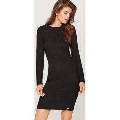 Sukienka z wycięciem na plecach - Czarny. Czarne sukienki na komunię marki Reserved, l, z dekoltem na plecach. Za 99,99 zł.